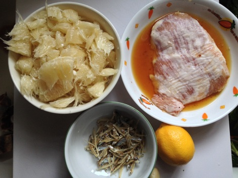 tear the pomelo and marinate the pork